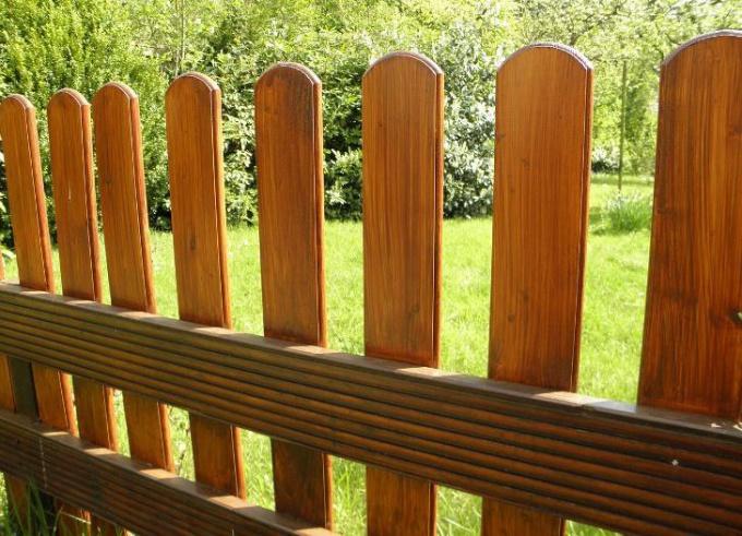 Забор можно покрасить составами, предназначенными для внешних работ