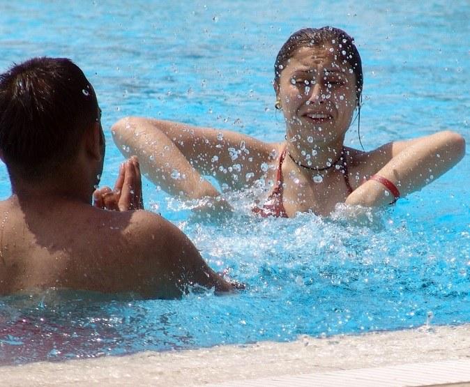 Игры в бассейне: правила поведения на воде