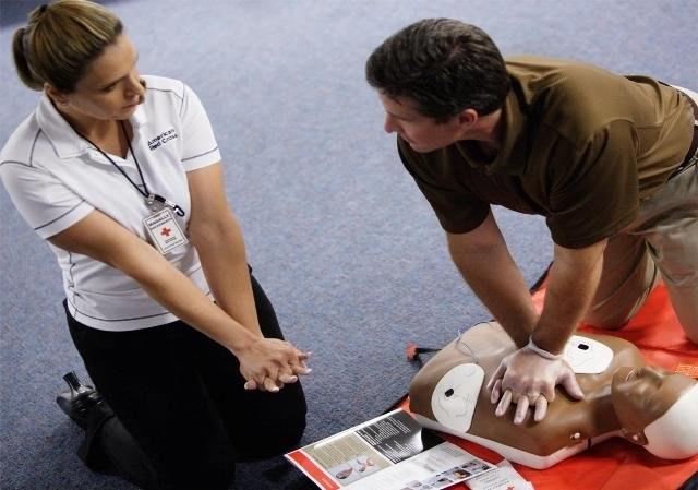 Непрямой массаж сердца: показания, техника и признаки эффективности