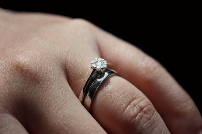 Как выкроить кольцо от бриллиантом