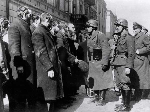 лагерь смерти Треблинка, фото второй мировой войны. Немецкие солдаты допрашивают евреев после восстания в Варшавском гетто в 1943 году