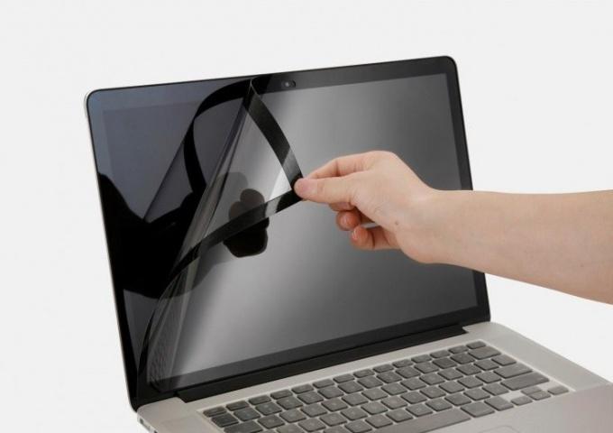 Как наклеить защитную пленку на экран ноутбука