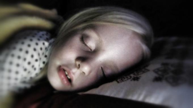 Зачем нужна защита на детскую кроватку