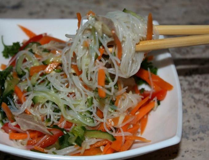 Салат с фунчозой рецепт с овощами и курицей