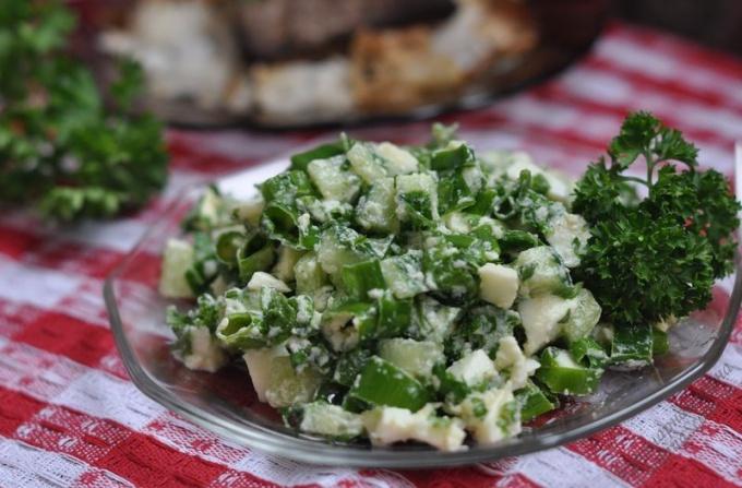 Летний салат из зеленого лука и яиц