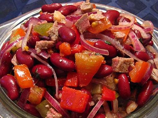 Сытный салат из фасоли и копченых колбасок