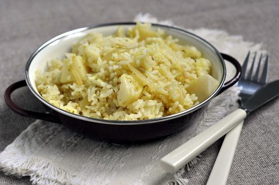 Пряный рис с помидорами и картофелем