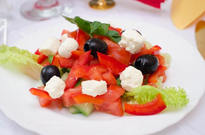 Греческий салат в сладких перцах