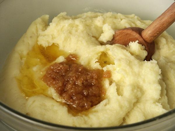 Вареный мятый картофель с луком