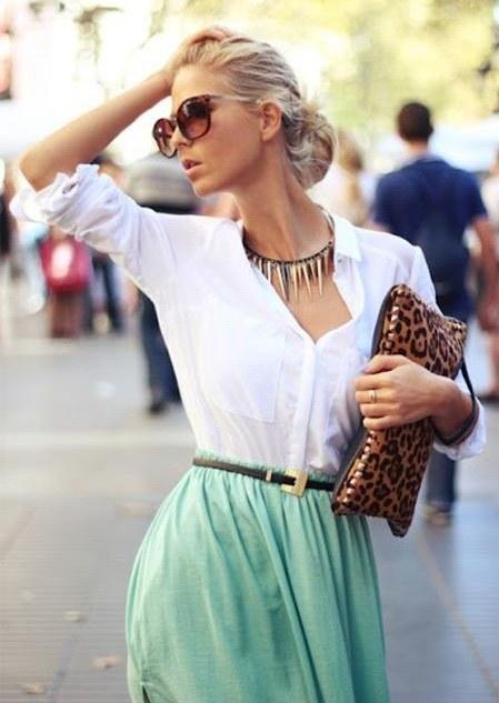 Белая блузка в сочетании с юбкой мятного цвета