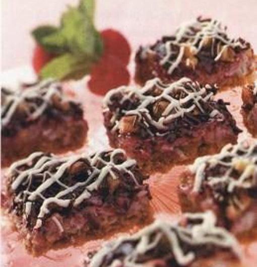 Кокосовые пирожные с малиной, орехами и шоколадом