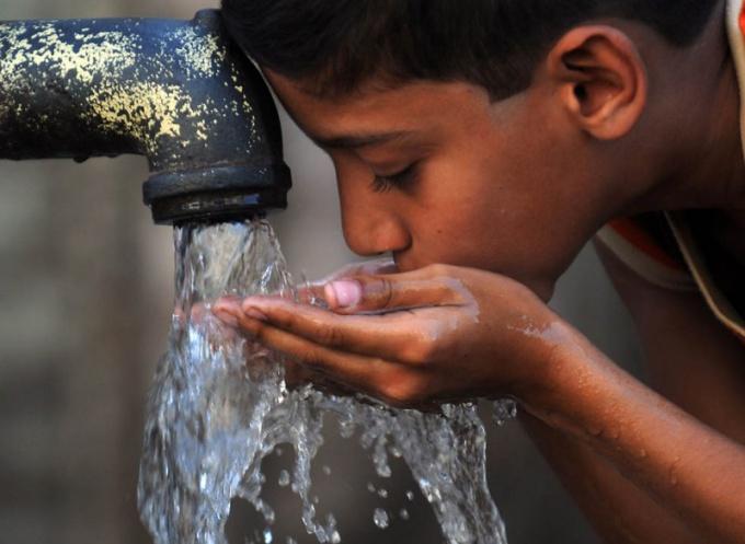 Один из способов борьбы с икотой - питье воды