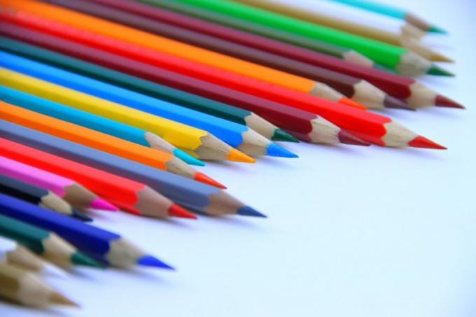 Выберите простой или цветной карандаш