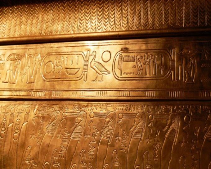 Одни из самых древних знаков - египетские иероглифы