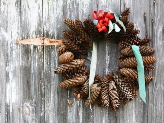 Как сделать рождественский венок из шишек