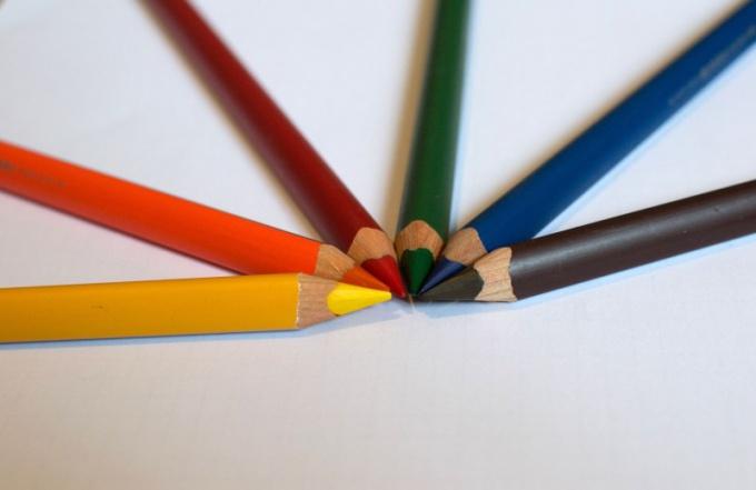 Яблоко можно нарисовать простым или цветным карандашом