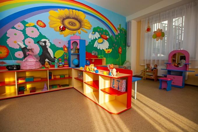 Оформление стены в детском саду: радужная группа