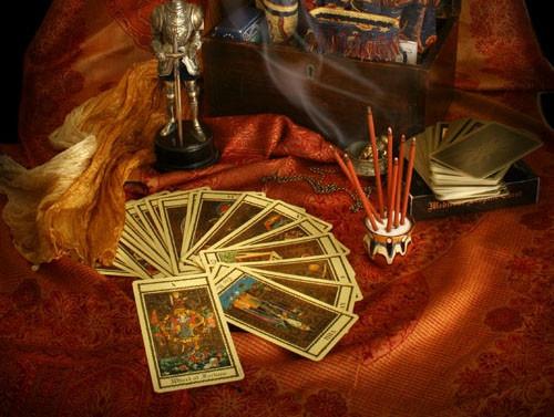 С помощью карточных гаданий люди стремятся узнать будущее