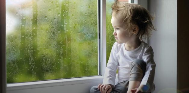 Как уберечь ребенка от угрозы выпасть из окна