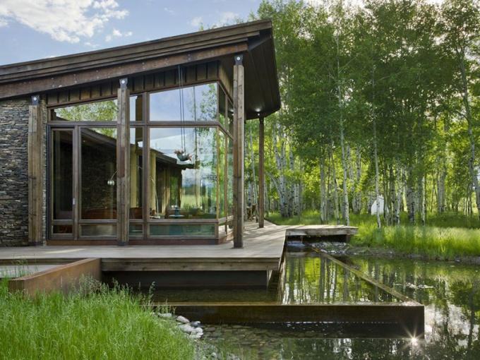 На болотистой местности рекомендуется строить дом на сваях