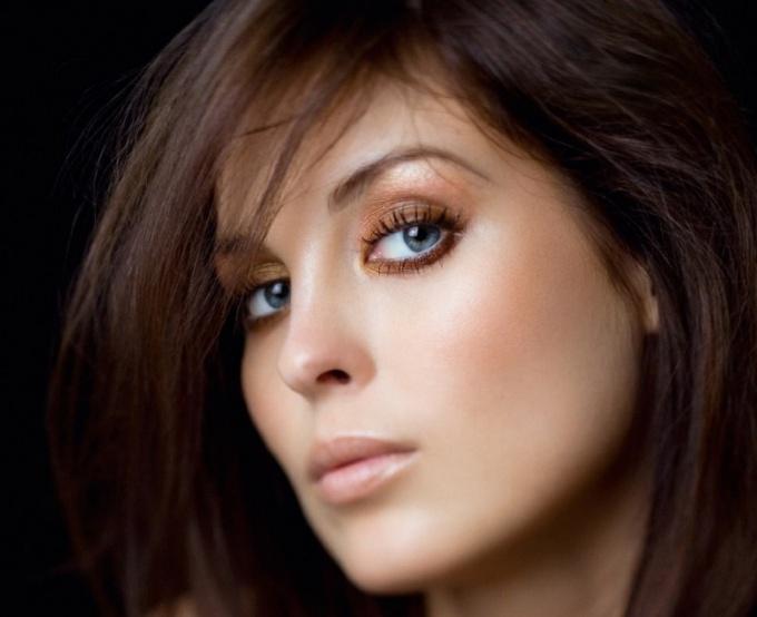 Брюнетки с голубыми глазами: секреты макияжа