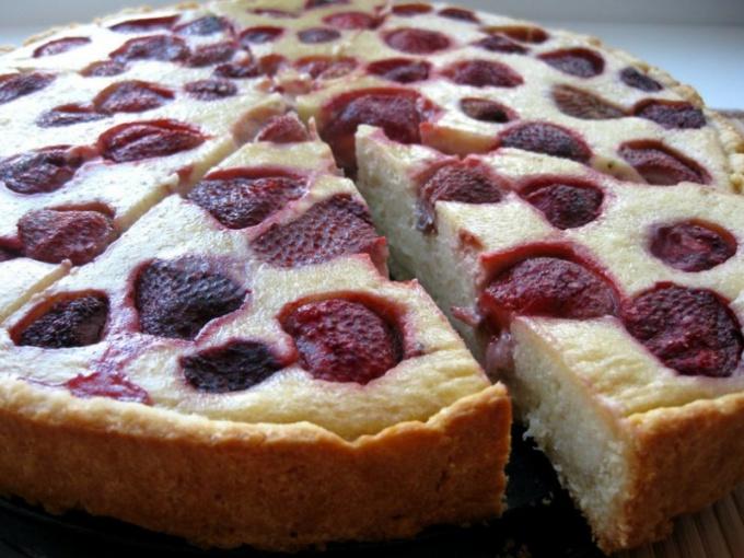 Готовим пирог с замороженной клубникой