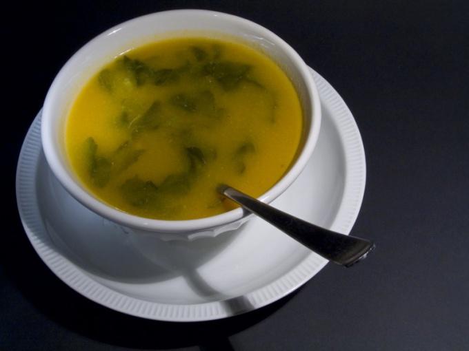 Из сельдерея можно приготовить вкусный бульон, обычный суп или суп-пюре