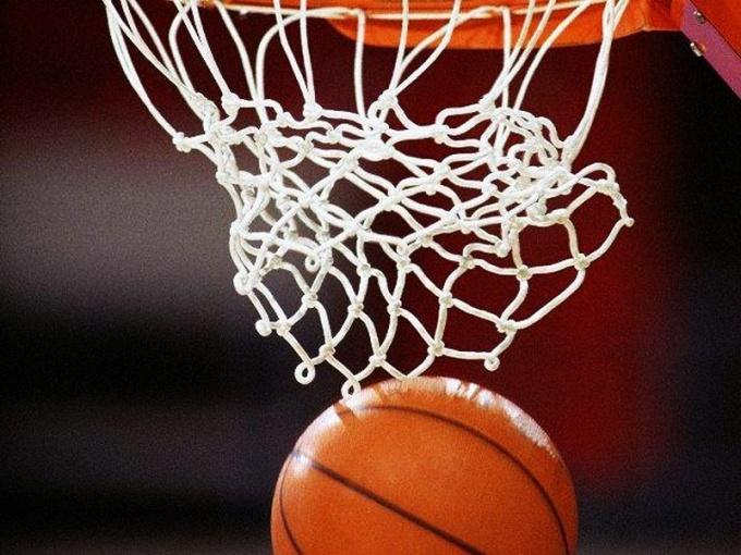 Баскетбольное кольцо с сеткой притягивает мячи как магнит...