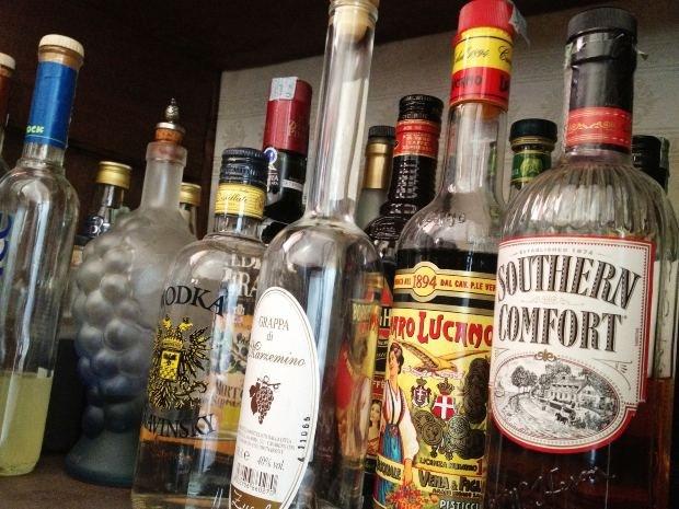 """Почему о пьющем человеке говорят """"закладывает за воротник"""""""