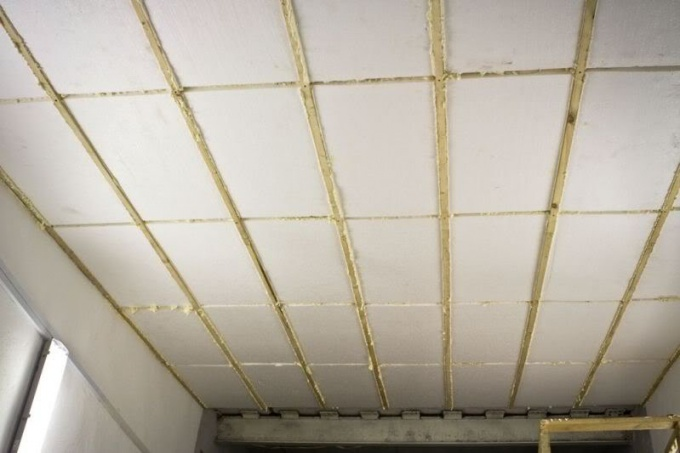 Потолок можно утеплить пенопластом