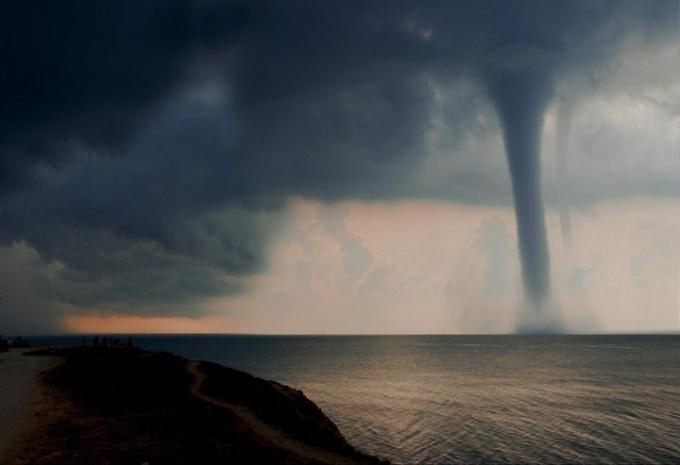 В чем отличия урагана от смерча