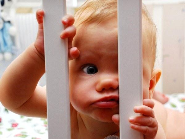 Детские кроватки-манежи и игровые манежи: плюсы и минусы