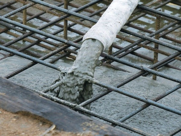 Для заливки монолитной плиты используют заводской бетон