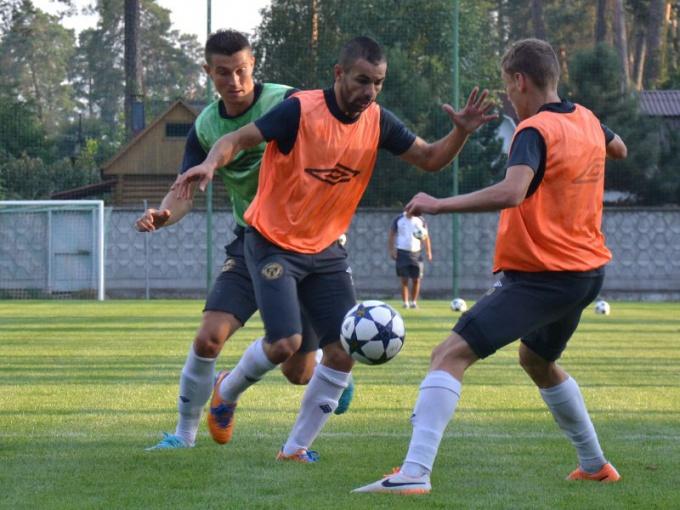 С мячом футболисты работают не только во время игр, но и на тренировках