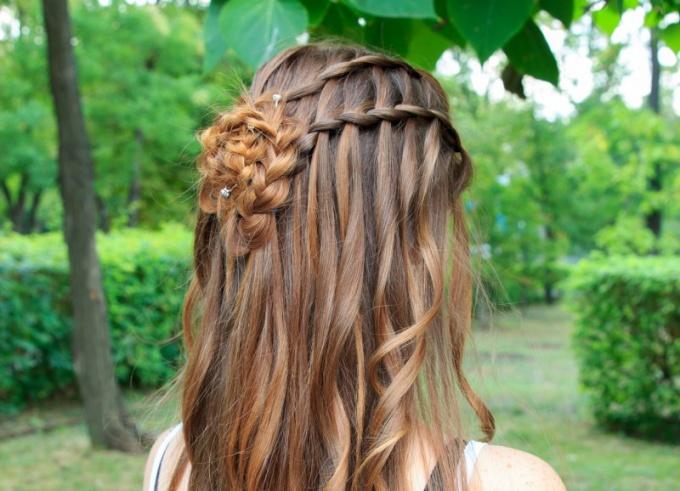 Плетение и локоны на длинных волосах