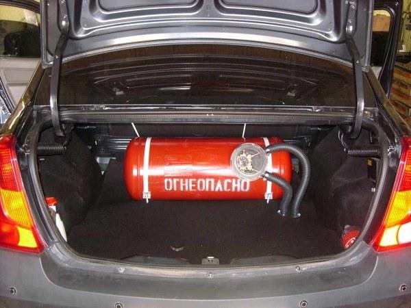 Газовый баллон в багажнике автомобиля