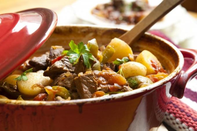 Вкусные рецепты: свинина с картошкой в духовке