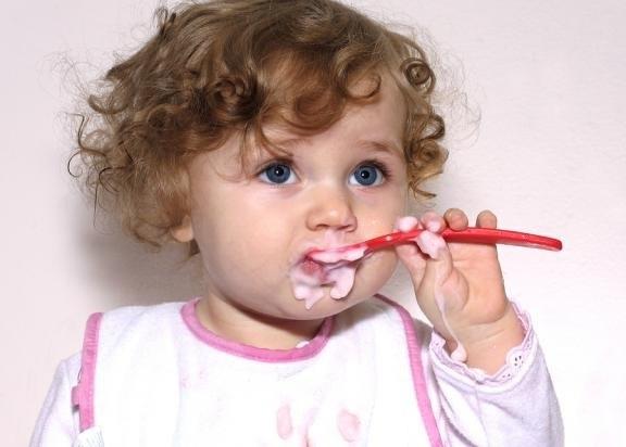 Как научить ребенка до года есть с ложки