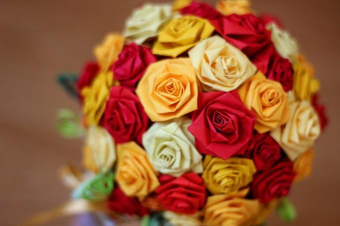 Букет роз из цветной бумаги