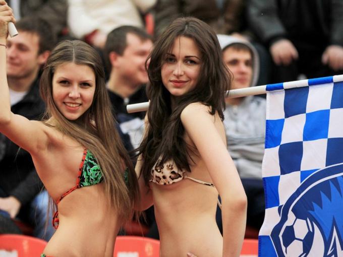 Не все девушки любят футбол столь откровенно.