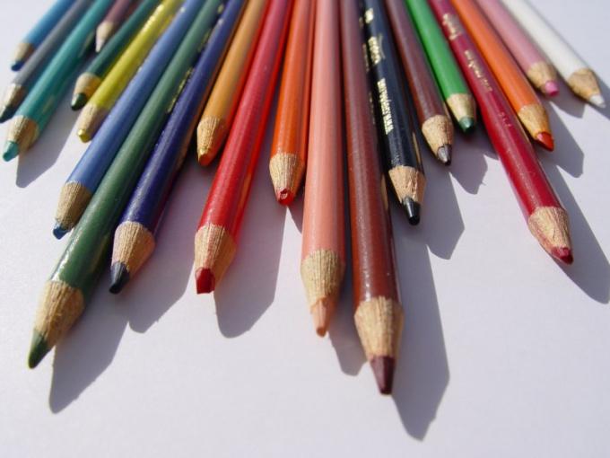 Компас можно нарисовать цветными карандашами