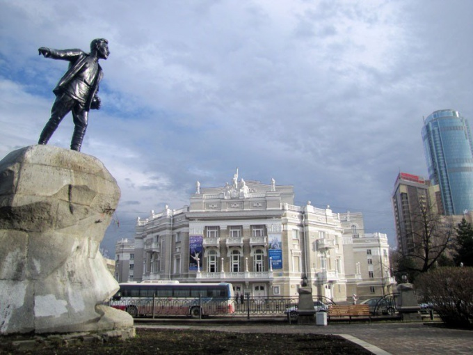На память о Свердлове у Екатеринбурга остался гранитный монумент Якова Михайловича