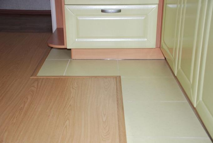 На кухне можно сделать комбинированный пол