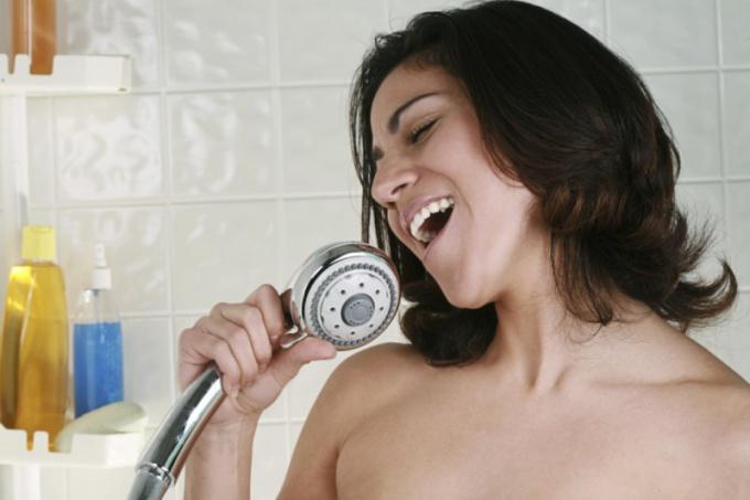 Что заставляет человека петь во время приема душа