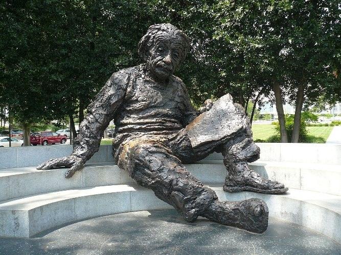 Памятник Альберту Эйнштейну в Вашингтоне