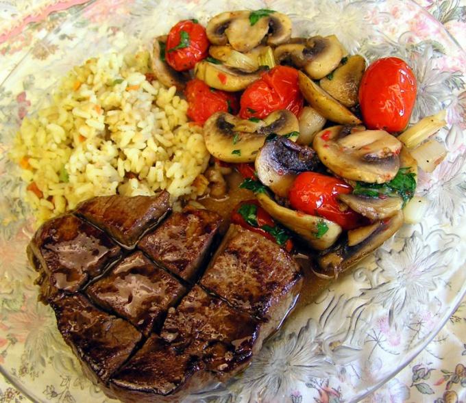 Главная особенность азербайджанской кухни - это приготовление мясо-овощных блюд