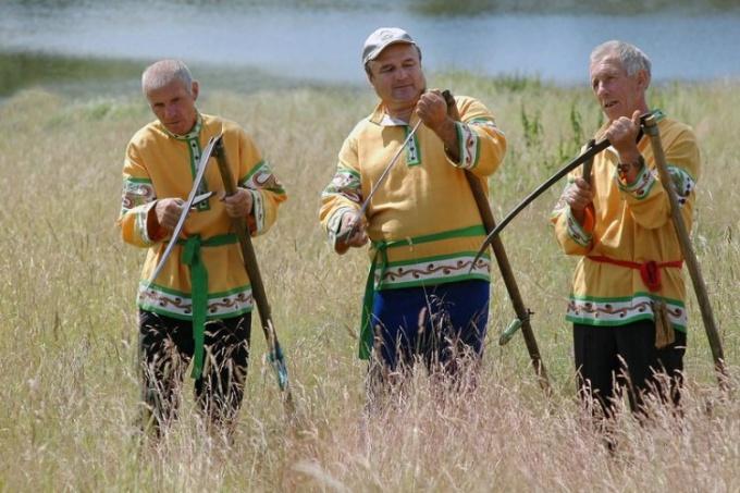 Ручная коса - удобный инструмент для скашивания травы
