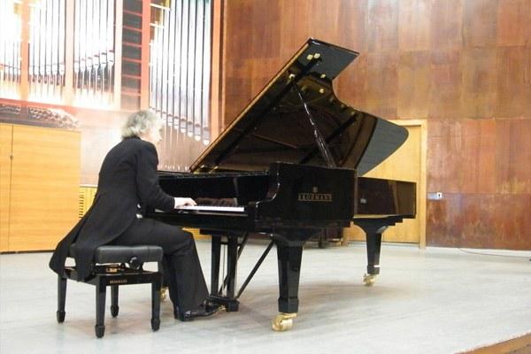 Пианист, играющий на рояле
