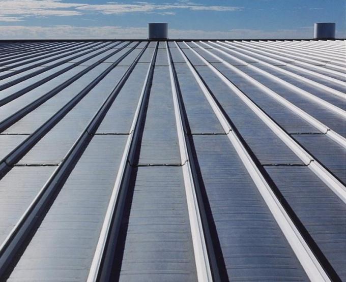 Кровельная сталь является популярным защитным материалом для крыш