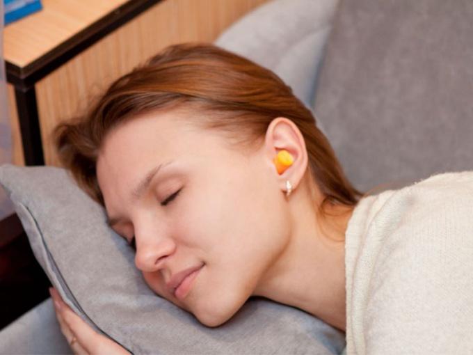 Беруши помогут решить проблему чуткого сна.